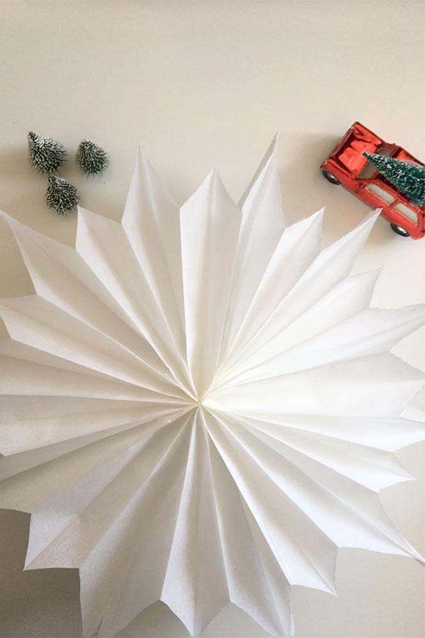 stern aus butterbrotpapier eine bastelanleitung zu weihnachten hooray today. Black Bedroom Furniture Sets. Home Design Ideas