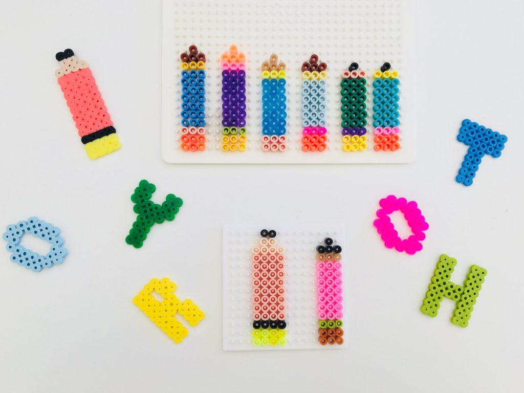 Buntstifte und Buchstaben aus Bügelperlen als Tischkonfetti