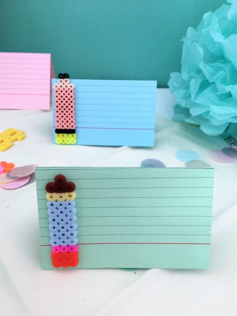 DIY-Tischkärtchen aus Bügelperlen und Karteikarten
